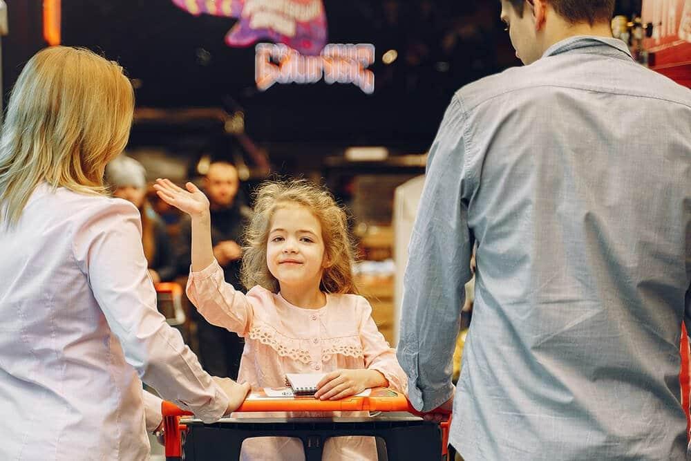 STARTERS - Hãy tập dịch câu A young child is waving | WS